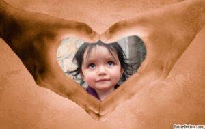 Marco para fotos de manos haciendo un corazón